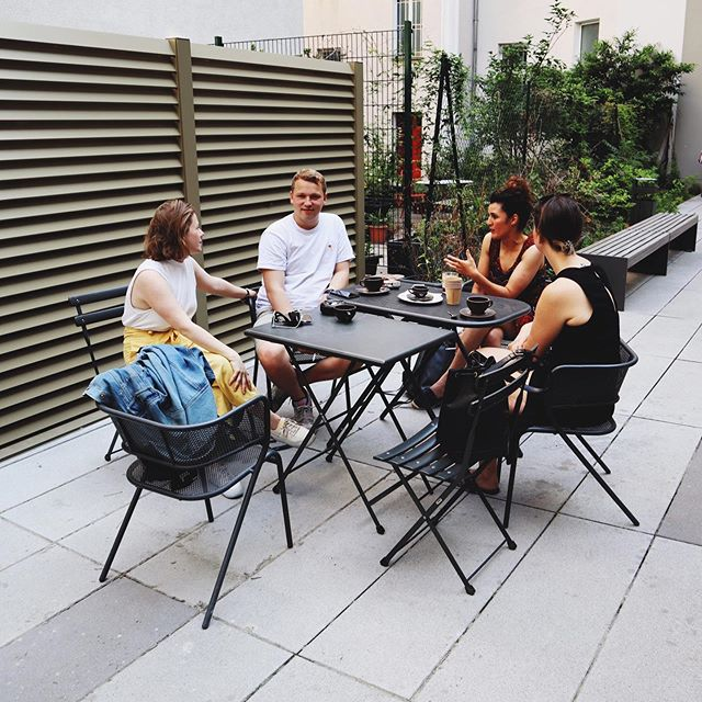 Nice terrace, weather, people & coffee ☕️ What else do we need to have an inspirational conversation? 😉 ———————————————————————— #rdcoffeebar #rdcoffee #coffeeberlin #coffeeinberlin #berlincafe #coworkingberlin #coworkingspace #berlin #berlincity #coffeeshop #coffeebar #coffeeholicslover
