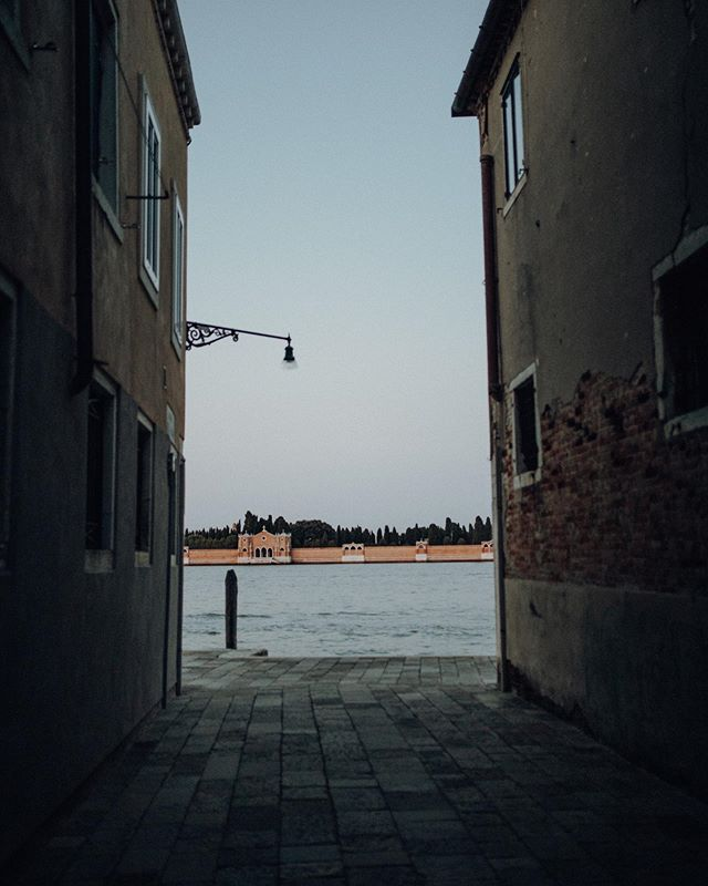 narrow streets and ocean views. 👌🏽 . . #naturelover #naturephotography #nurembergphotographer #welovelight #thebuitragos #welivetoexplore #planetdiscovery #venedigentdecken #venicestreets #narrowstreetsofitaly #exploreveniceitaly