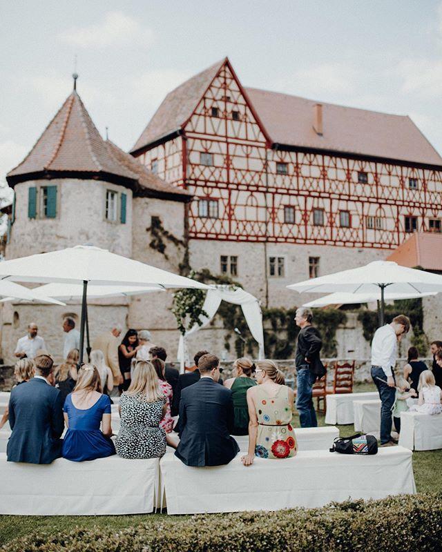 summer ceremony in south germany be like 🏰👌🏽💫 . .  #thebuitragos #shootandshare #welivetoexplore #naturesbeauty #naturelover #photographernuremberg #hochzeitsfotografnürnberg #deutschehochzeiten #hochzeitinfranken