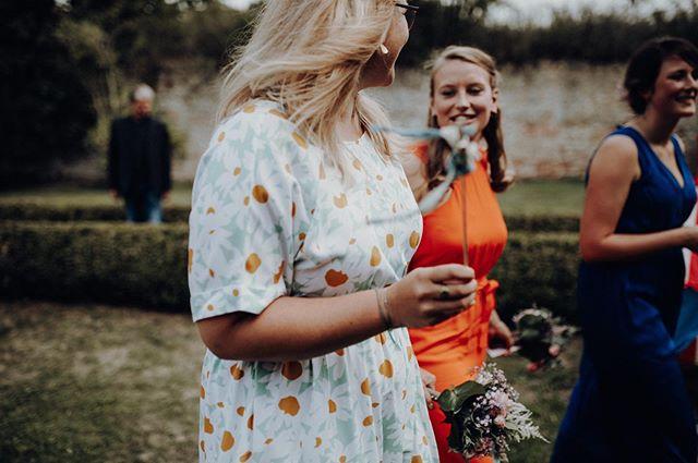 sparkling with joy over their newlywed friends! 🎈 . #thebuitragos #shootandshare #welivetoexplore #naturesbeauty #naturelover #welovelight #nurembergphotographer #nurembergweddingphotographer #bridesmaidscolours #frankenhochzeit #schlossunsleben #hochzeitsfotografienürnberg