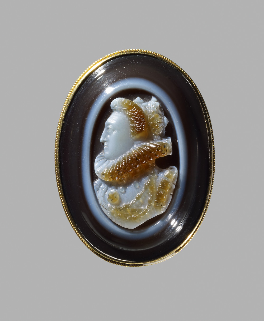 Cameo of Elizabeth I  - Gold and onyxAD 1500–1600EnglandBritish MuseumQueen Elizabeth I (1558–1603) was the last reigning monarch of the Tudor dynasty, which ruled England, Wales and Ireland from 1485. Shown facing left and wearing a crown, this jewel is one of the finest cameo portraits of the Queen. Cameos such as this were given as presents from the Queen to important members of her court or foreign dignitaries. It is made of onyx, a precious material imported to Europe.