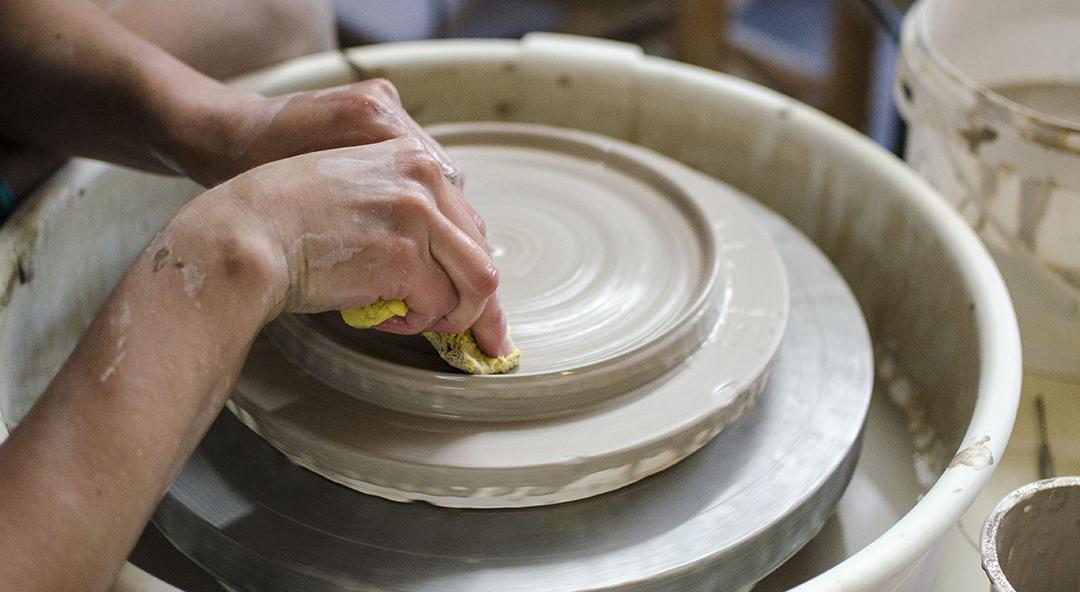 - Cours et des ateliers de céramique pour tous les niveaux
