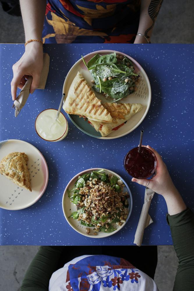 - DÉJEUNERPâtisseries maisonsBol de granolas maison, yogourt et compote de fruits de saison 6.Croque-monsieur : carré blanc avec fromage cheddar vieilli 1 an, jambon fumé, béchamel au paprika et minie salade de fines herbes 8,5.Smoothie 6.DÎNERTartine salée : crème de cajous et artichauts, champignons et kale sautés sur tartine de pain au levain grillé 8,5Ciabatta masala : salade de pois-chiche aux épices indiennes, chutney menthe et coriandre 8,5.Ciabatta aux légumes grillés, chèvre, et sauce marinara épicée 9.Salade-repas : farro, courgettes, feta, épinards 10.Salade du moment : ingrédients variables 10. POUR LES ENFANTSGrilled-cheese au cheddar fort 7.