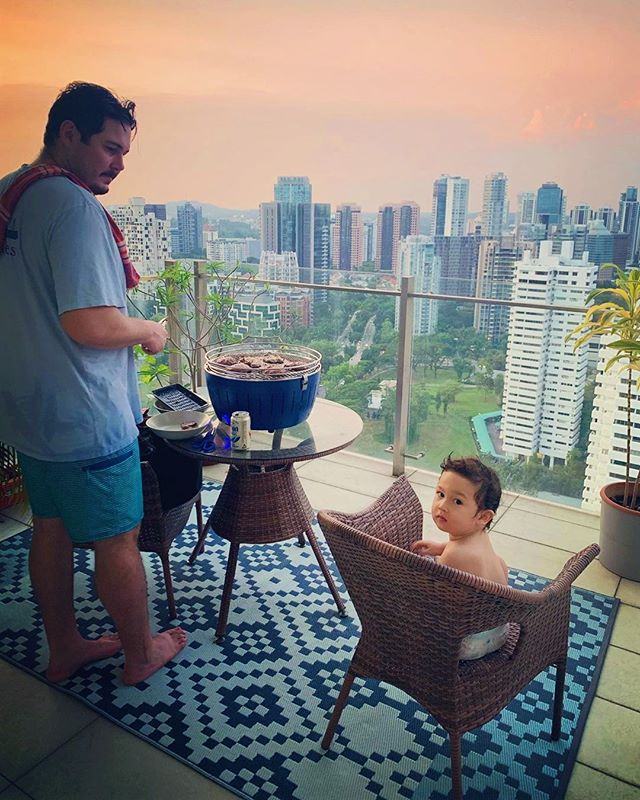 U.S cities may be going through a polar vortex right now (NOOOOOOO) but that doesn't mean other parents aren't way smarter than all of us. ⠀⠀⠀⠀⠀⠀⠀⠀⠀ .⠀⠀⠀⠀⠀⠀⠀⠀⠀ Check out Auggie and @bradyambler getting their Singapore happy hour BBQ vibes going! How many of you have been to this magical place?! Here are some fun facts about Singapore where it's a crime NOT to flush a public toilet. #bowdown. Us New Yorkers are swooning over here.⠀⠀⠀⠀⠀⠀⠀⠀⠀ .⠀⠀⠀⠀⠀⠀⠀⠀⠀ 💥Singaporean kids are smarter than the rest. #forreal.⠀⠀⠀⠀⠀⠀⠀⠀⠀ They top the global math-and-science-education ranking.⠀⠀⠀⠀⠀⠀⠀⠀⠀ .⠀⠀⠀⠀⠀⠀⠀⠀⠀ 💥Stop chewing your gum if you see the police . Currently, it is banned except without medical prescription.⠀⠀⠀⠀⠀⠀⠀⠀⠀ .⠀⠀⠀⠀⠀⠀⠀⠀⠀ 💥It is the least corrupt country in Asia and the 5th least corrupt country in the world.#amentothat⠀⠀⠀⠀⠀⠀⠀⠀⠀ .⠀⠀⠀⠀⠀⠀⠀⠀⠀ 💥 Car use is heavily discouraged by the government and car owners have to pay additional 1.5 times the car price to get their car certified. #lovethis⠀⠀⠀⠀⠀⠀⠀⠀⠀ .⠀⠀⠀⠀⠀⠀⠀⠀⠀ Stay warm everyone! Well except if you're Auggie ⠀⠀⠀⠀⠀⠀⠀⠀⠀ .⠀⠀⠀⠀⠀⠀⠀⠀⠀ .⠀⠀⠀⠀⠀⠀⠀⠀⠀ .⠀⠀⠀⠀⠀⠀⠀⠀⠀ #cityparents #cityliving #cityfam #cityfamily #singapore #islandlife #paradise #bbqvibes #cityscape #singaporeparadise #asia #cityparadise #urbanparenting #citykin #citykids #citylife #globalparenting #globalcitizens #cities #urbanlife #citykin