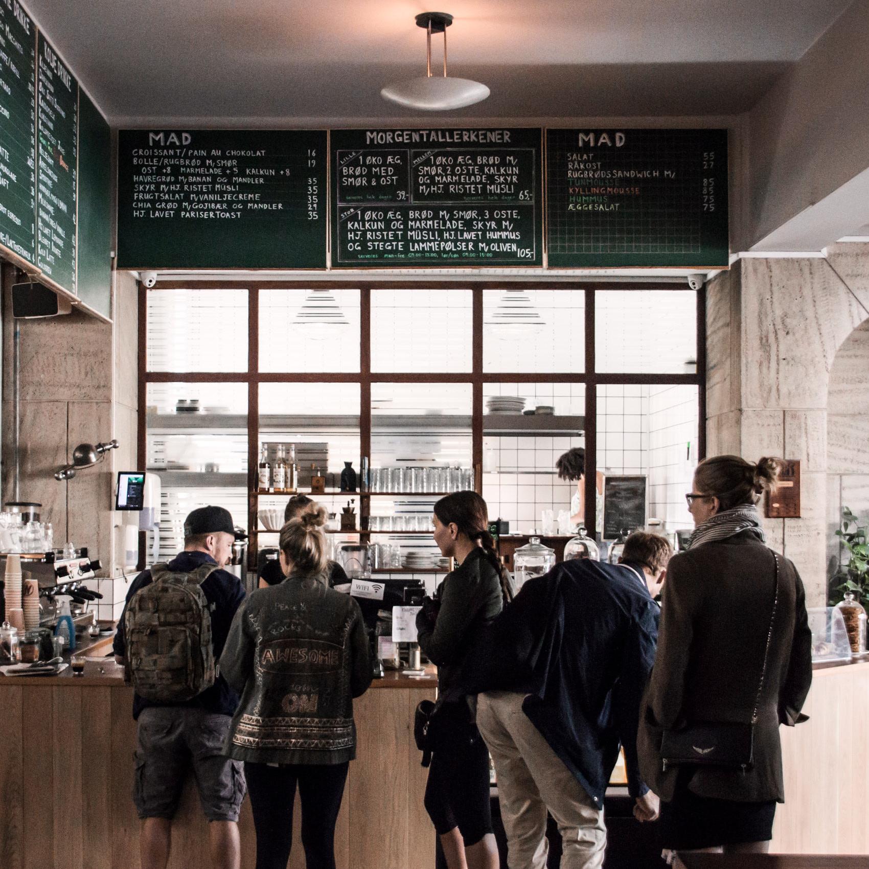 Mokkariet - Jagtvej 72 - Den tidligere blomsterhandlers gamle orangeri, det rustikke mosaikgulv og stenskulpturen skaber smukke rammer for et besøg på Mokkariet på Nørrebro.Vores baristaer står altid klar med et smil og en snak, når du fra hektiske Jagtvej kommer ind i vores store og rolige rum for en kaffepause eller et måltid mad.