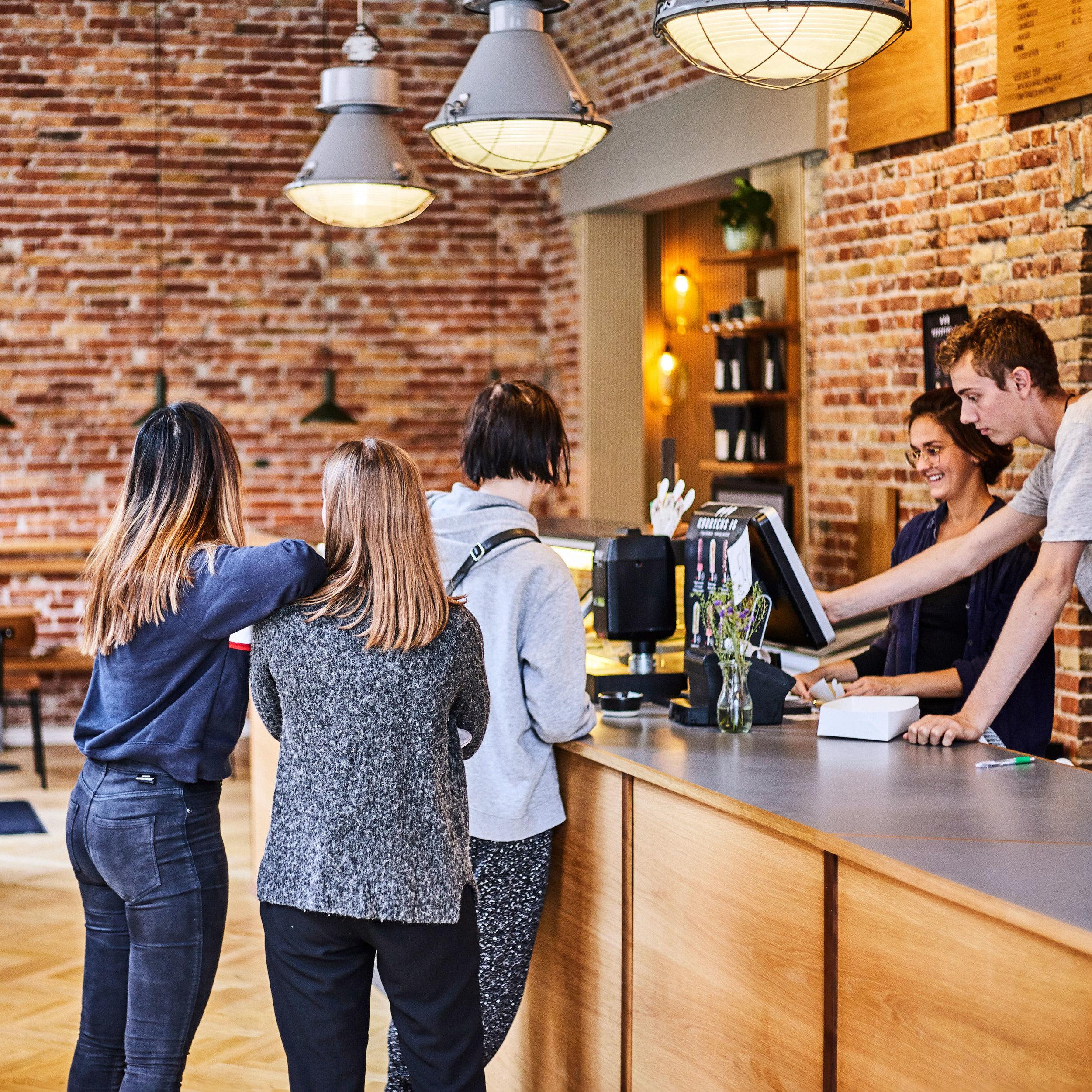 Mokkariet - Istedgade 17 - I bedste Istedgade stil, har lokalet tidligere dannet ramme for én af områdets mange erotiske butikker. Kaffebaren holder til i den mere kantede og autentiske ende af Istedgade, blot et bønnekast fra Københavns hovedbanegård. Med en forhistorie, der formentlig har haft noget for ethvert behov, står kaffebarens nye rammer og rolige atmosfære i høj kontrast til Istedsgades intense aktivitetsniveau.Der er blevet støvsuget, vasket gulv og støvet godt af inden vi rykkede ind og transformerede lokalerne til Mokkariets nyeste kaffebar, hvor du har rig mulighed for at sidde i fred og ro eller mødes med vennerne til hygge over lyden af soul, jazz og varme beats fra højtaleren.