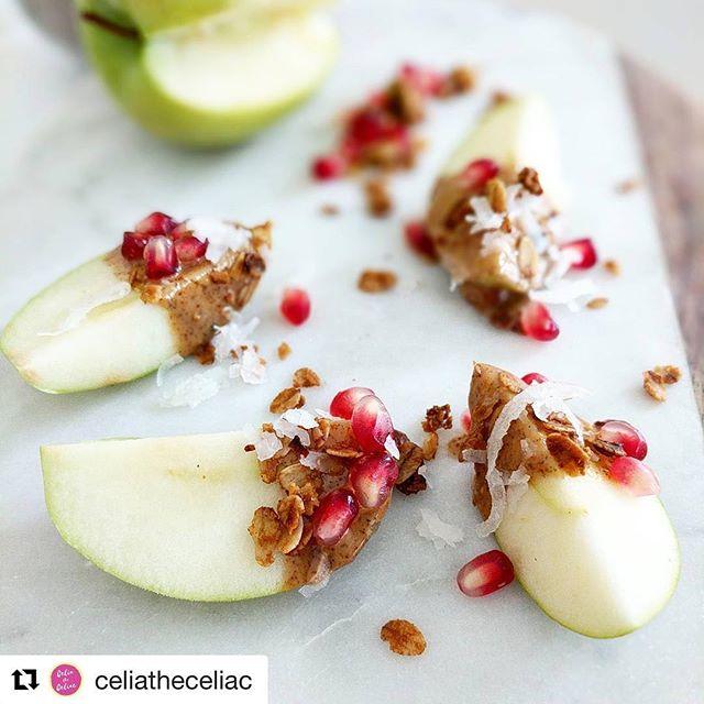 ¡Snack perfecto! Manzana verde, mantequilla de almendra, coco rayado, granada y #thegranolaspicecompany 😍 ¡feliz viernes! ・・・ Midday sweets 🍏 - Reduced guilt sugar-rush cure  Cut a #grannysmith #apple into slices, dip it in #almondbutter, sprinkle #pomegranate, @thegranolaspicecompany #pistachio and #orange #granola, and shredded #coconut