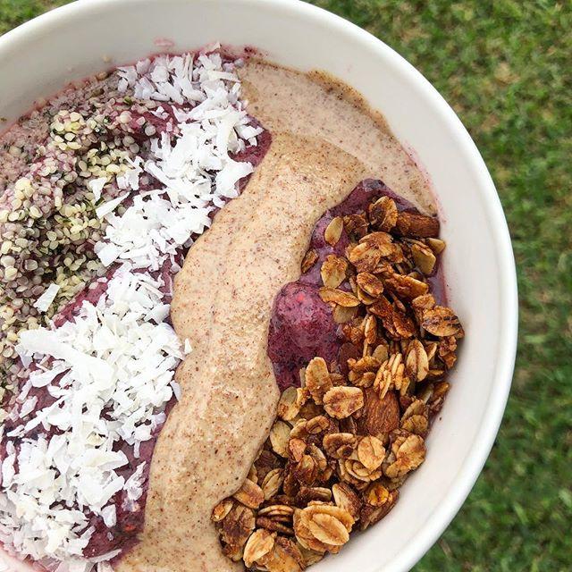 Martes 🤪 - bowl de moras: base de moras mixtas congeladas (fresas, arándanos y frambuesas), polvo de açaí (opcional), banano congelado y leche de almendra. ~Toppings: semillas de cáñamo, coco rayado, mantequilla de almendra @ninisbutter y nuestra #almendracrunch 😍 ———————————————————————— Tuesday 🤪- berry bowl: mixed berries (strawberries, blueberries, raspberries), açaí powder (optional), frozen banana, almond milk. ~Toppings: hemp seeds, coconut flakes, almond butter and our almond crunch granola! #thegranolaspicecompany ❤️