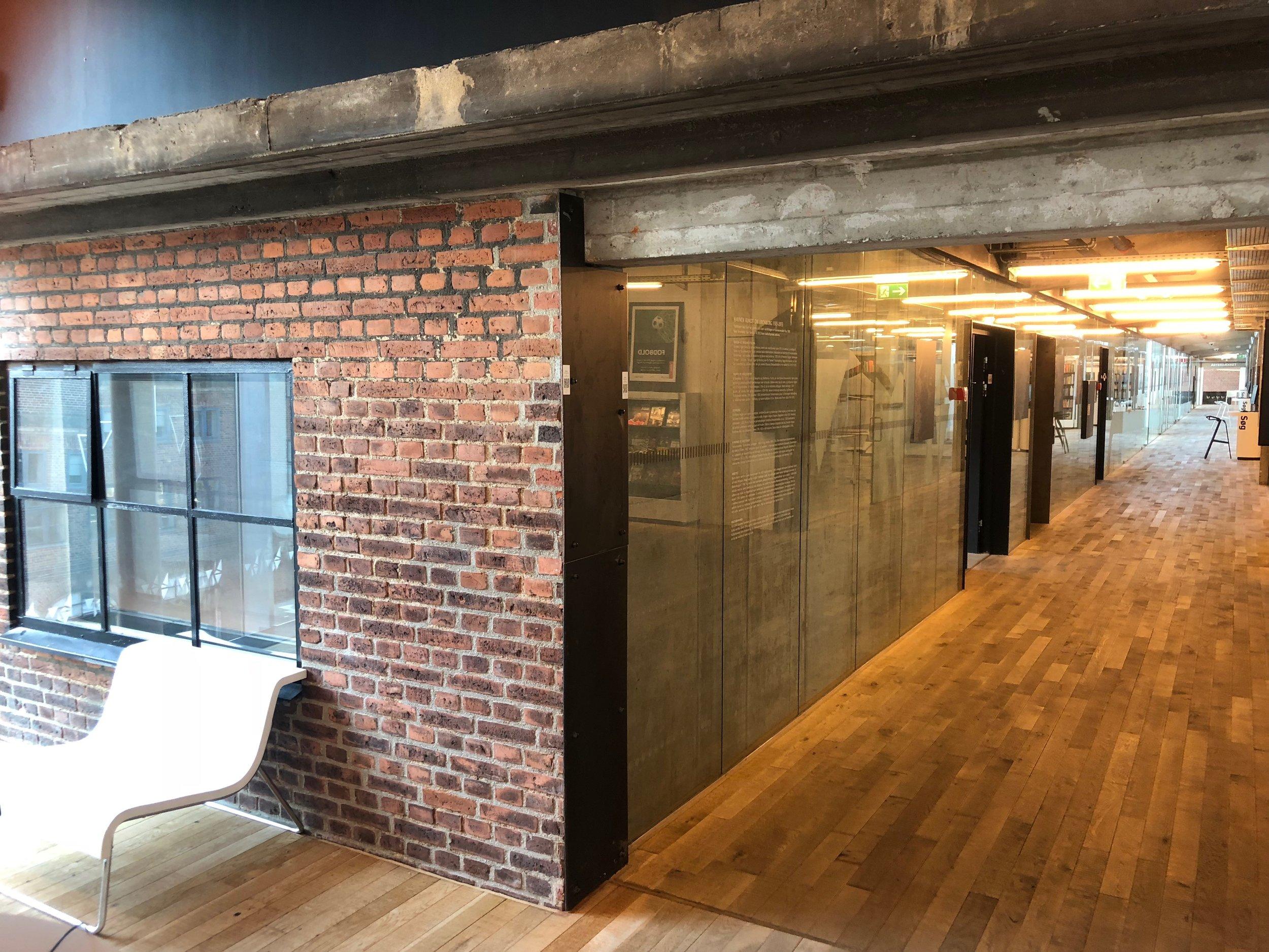 De gamle smukke mursten danner en utrolig varme inde i bygning