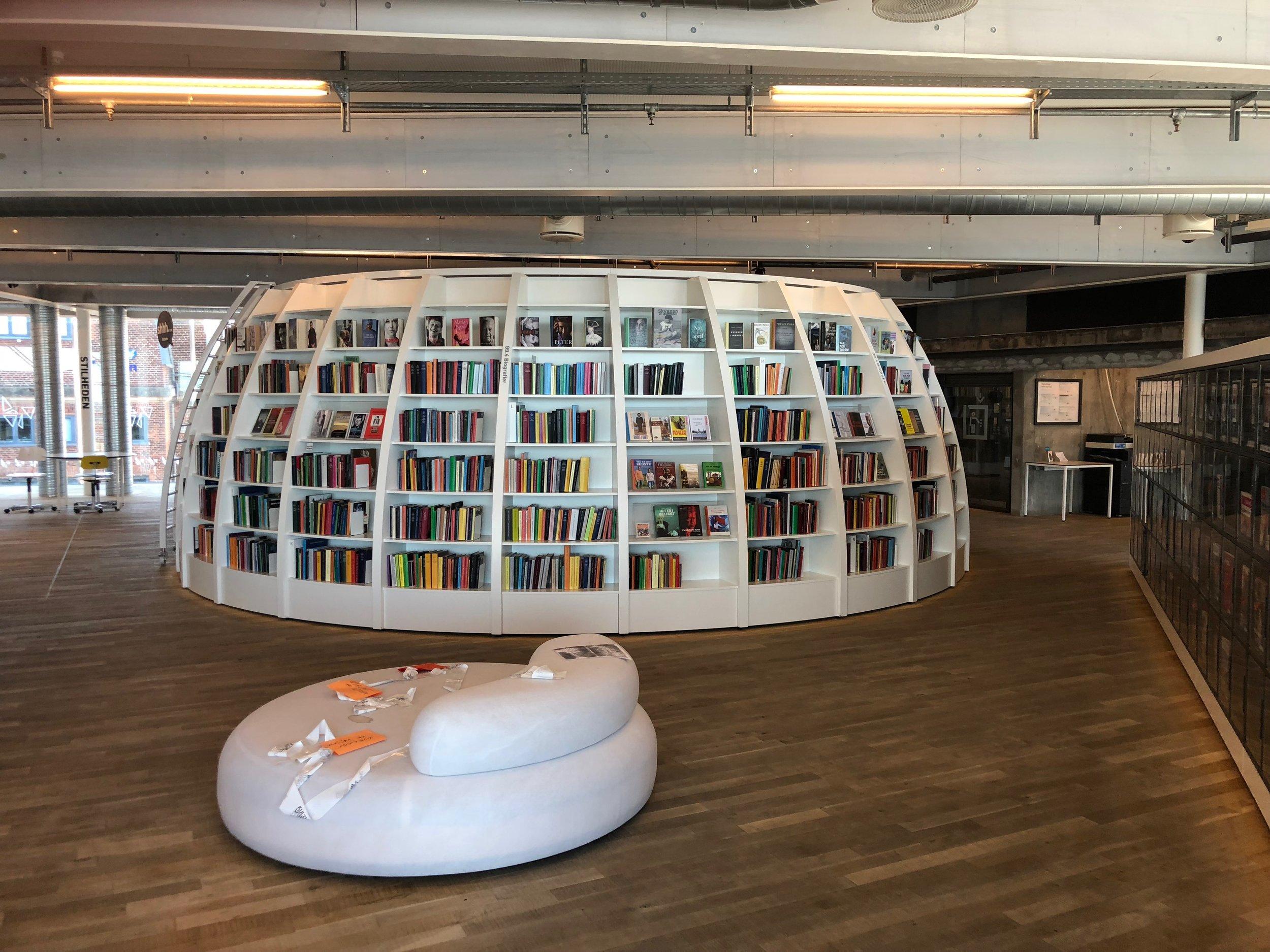 Her ses en ny og anderledes måde at udforme en bogreol på.
