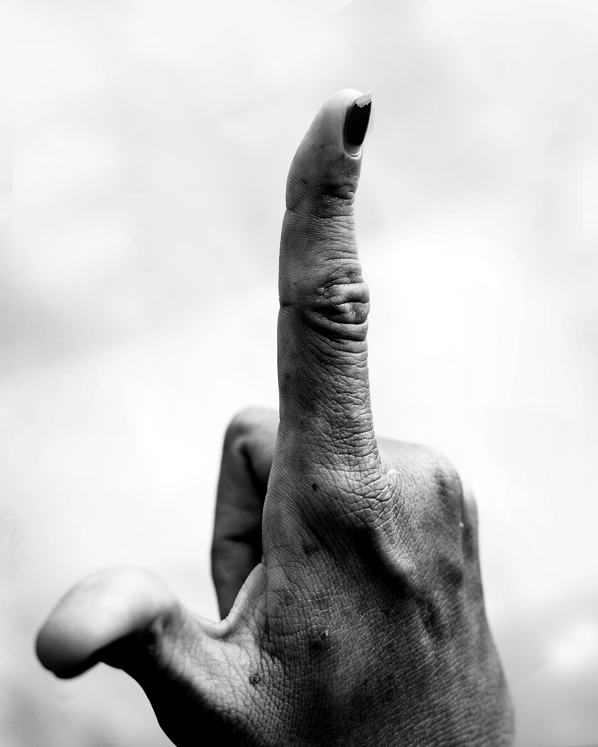 Anonym - Miljöaktivist, 29 år.JAG PUBLICERADE en bild av mitt finger på Facebook för att visa att det är min rätt att inte rösta när regeringen inte uppfyller mina kriterier för demokrati. Jag tror att jag undvek arrestering på grund av att jag valde mina ord noggrant.EN VÄN SOM gjorde samma sak men som i sitt inlägg uppmanade folk att inte rösta, tvingades att skriva ett ursäktsbrev till CPP, för att undvika allvarligare konsekvenser. Jag har själv blivit arresterad en gång när jag deltog i en protest och jag får ständigt hot från fejk-konton på Facebook när jag yttrar mina åsikter. Nu när pressen har begränsats, journalister har flytt landet och alla tv-kanaler bara visar glada nyheter, är sociala medier det enda stället där vi kan uttrycka oss. Det är därför det har spelat en stor roll under det här valet.