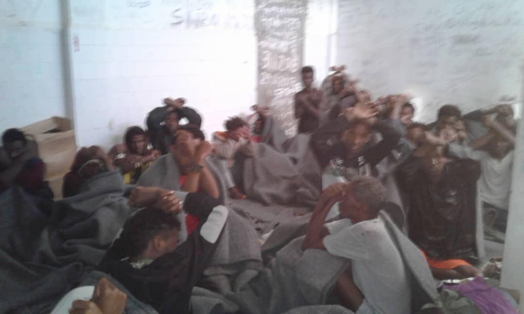 - Bilden är tagen i januari 2019 efter att flyktingar fångades på Medelhavet och togs hit till Souq al Khamise-förvaret. Dussintals har sedan dess sålts till smugglare.