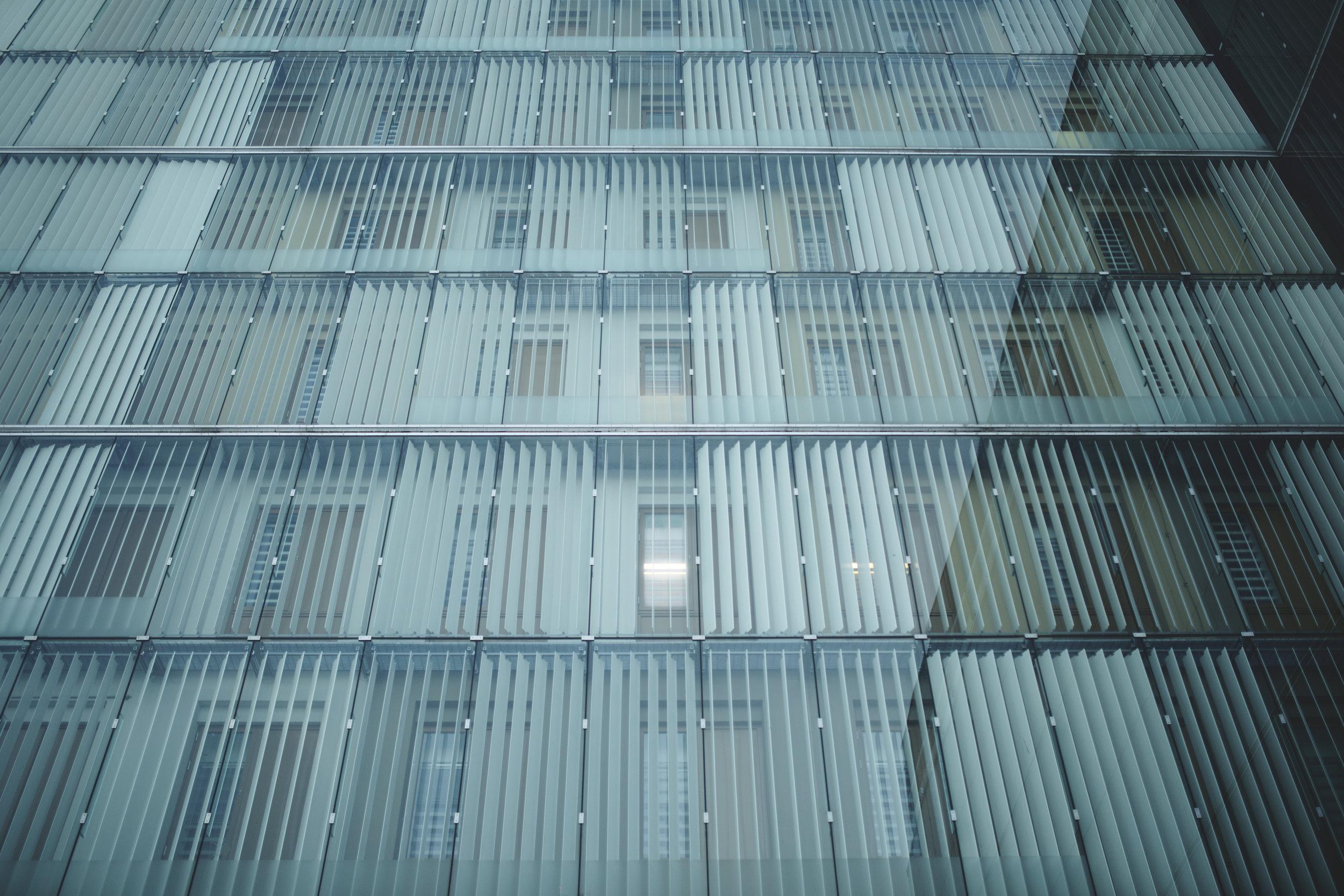 9 000–10 000 - personer häktas i Sverige varje år. Av dessa saknar 6 000–7 000 mänsklig kontakt under minst22 timmar per dygn, vilket motsvarar FN:s definition av isolering. De isoleras i genomsnitt i omkring 50 dagar. Allt över 14 dagar kan vara att betrakta som tortyr, enligt FN:s särskilda rapportör om tortyr.