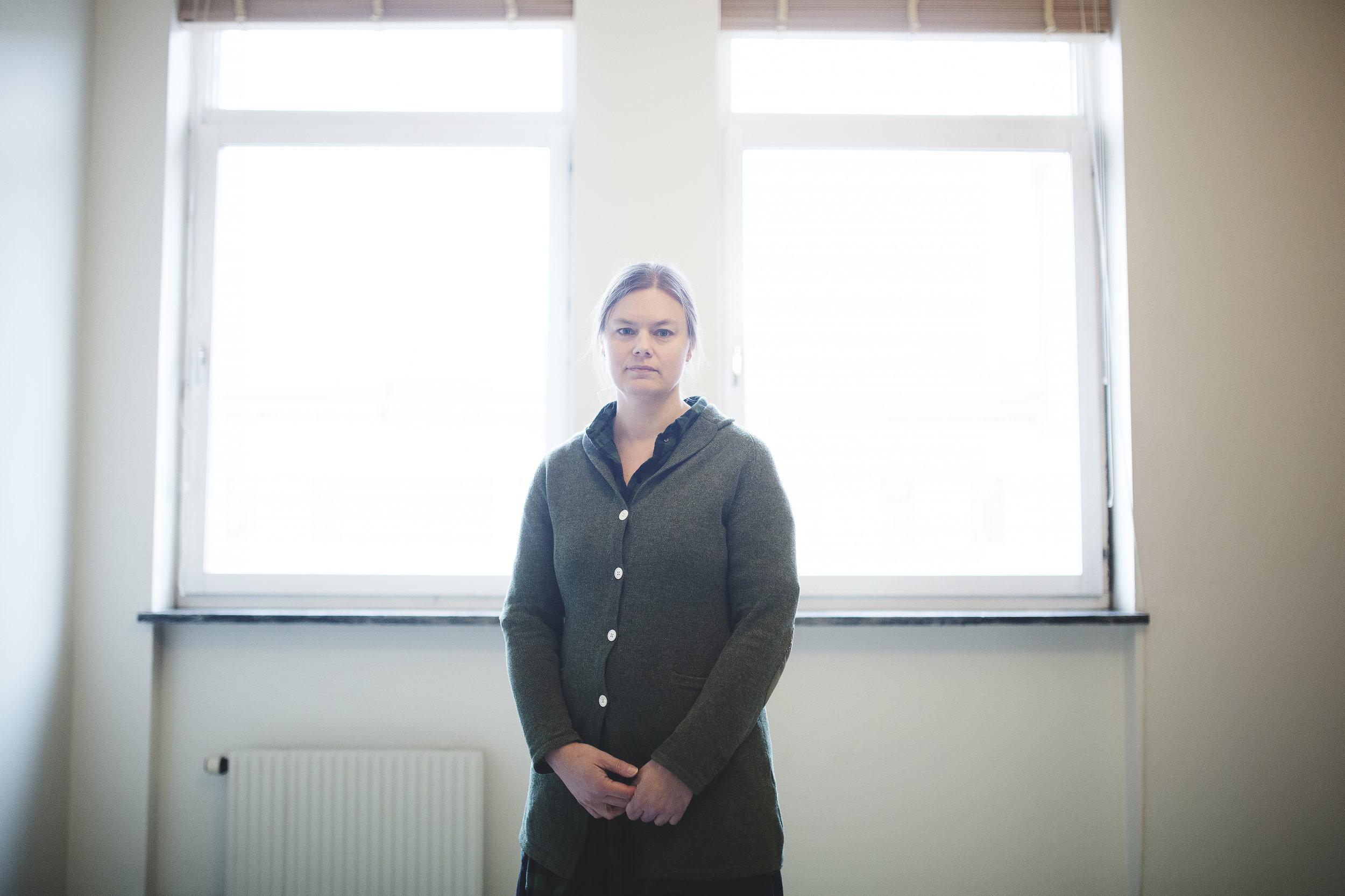 Anna Olsson - jobbade mellan 2010 och 2015 som psykolog på Häktet Göteborg. Hon anställdes i samband med en satsning på häktades mentala hälsa, efter en rad självmord på svenska häkten, och blev en av de första fast anställda häktespsykologerna i Sverige.