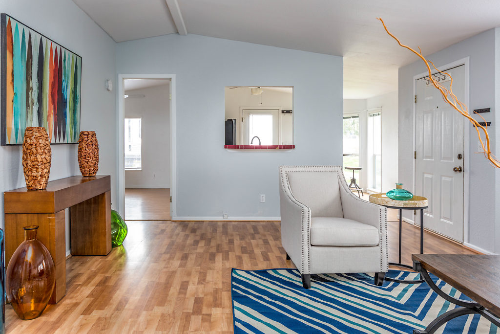 Laminate floors...fresh paint...and high ceilings in the living room, make this entry warm & welcoming...