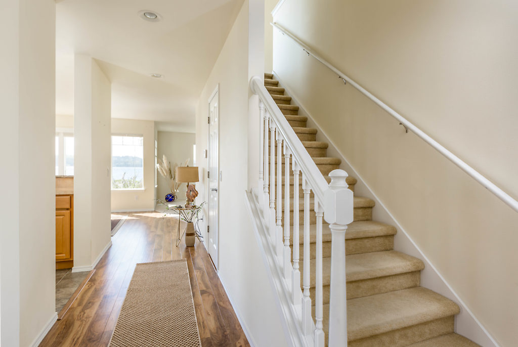 Light & bright! Durable laminate flooring...high ceilings...and a natural, beachy feel greet you as you enter...
