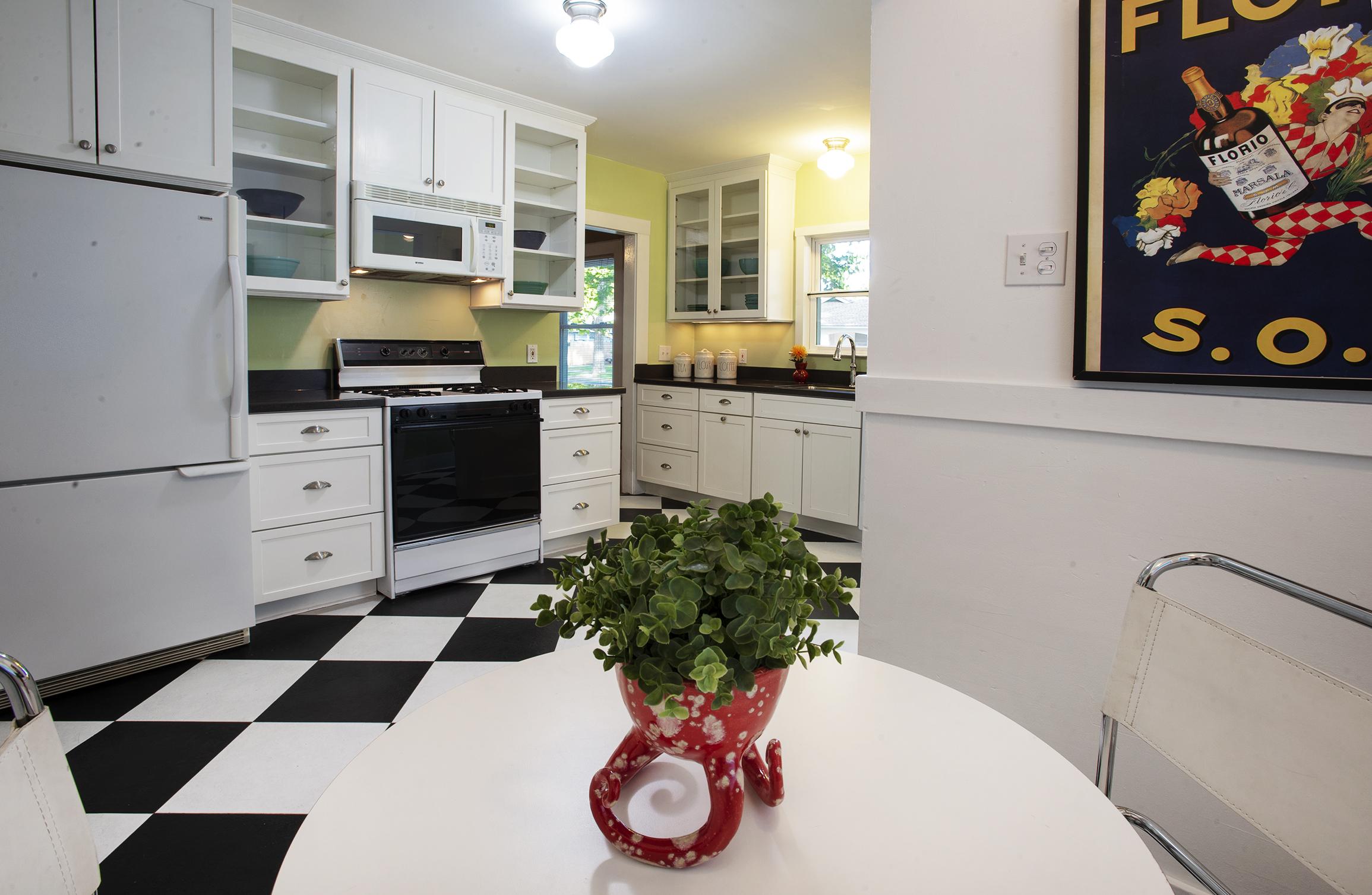 41st Nook to kitchen.jpg