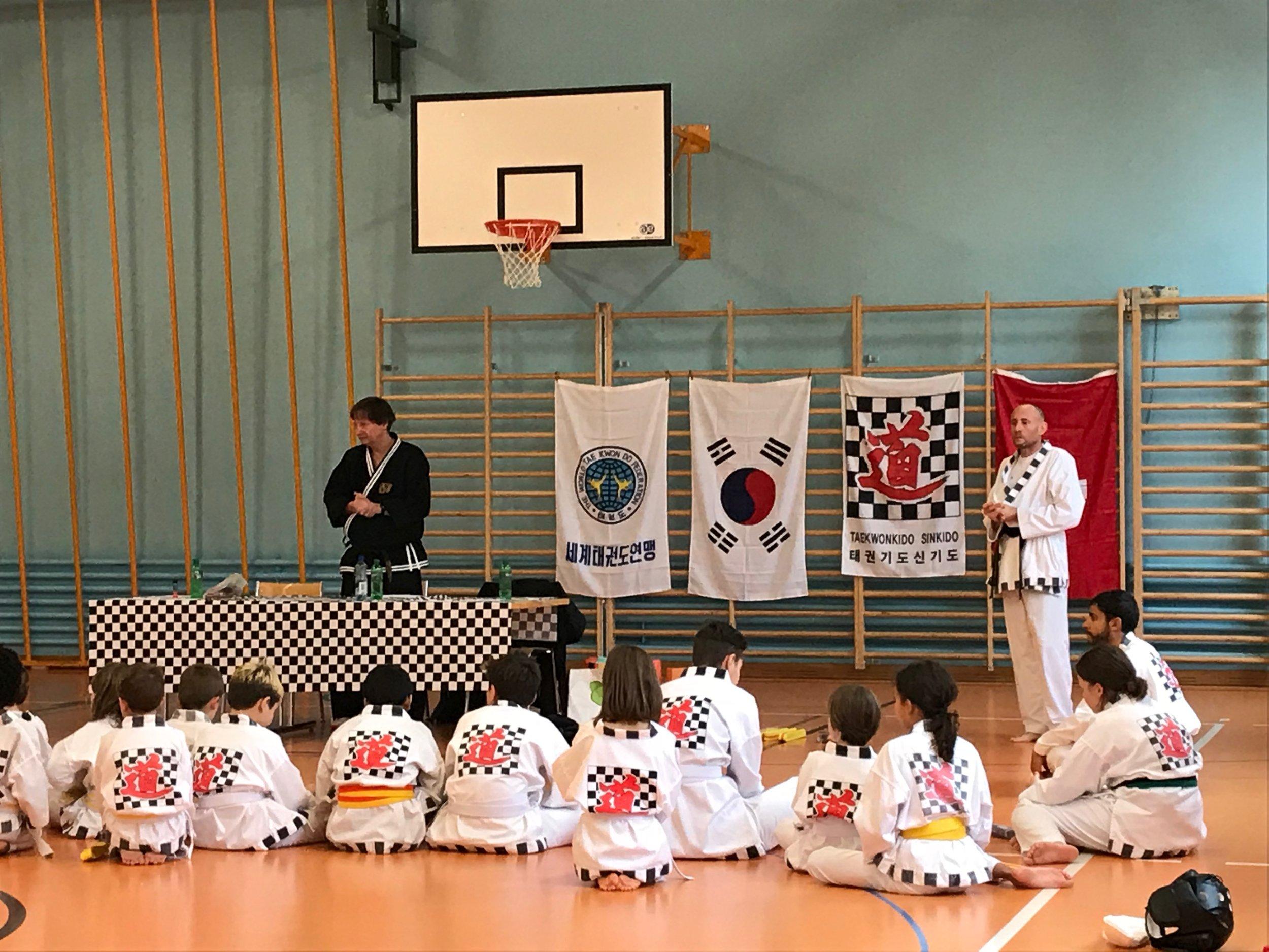 Maître Rémi Mollet und die Taekwondo-Schülerinnen und Schüler von Denis Faure (25. Nov. 2018 im Schulhaus Mühlebach)