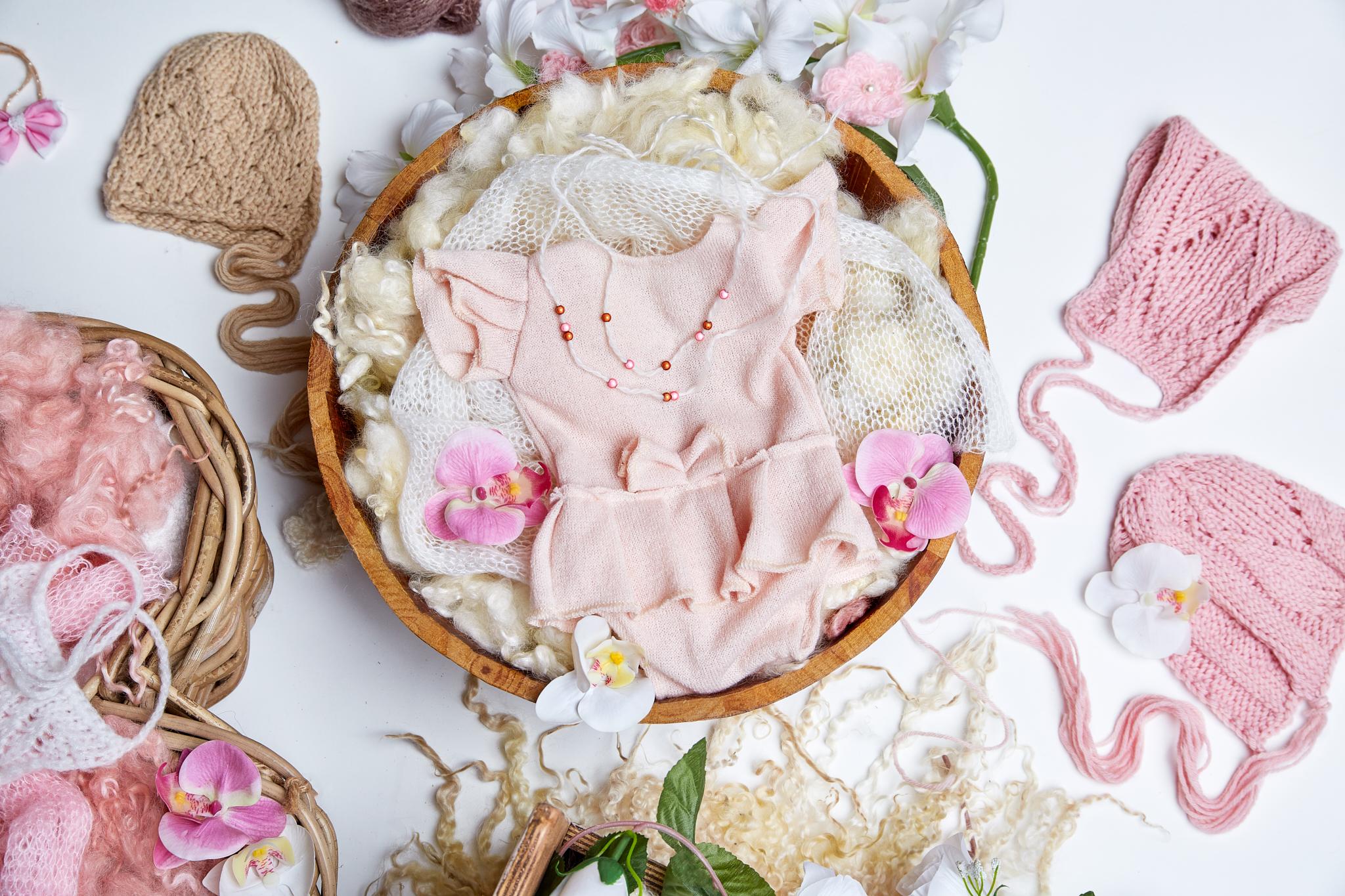 """Poses nouveau né - dans des accessoires """"contenants""""lits, bols en bois, mini transat, lune, etc.."""