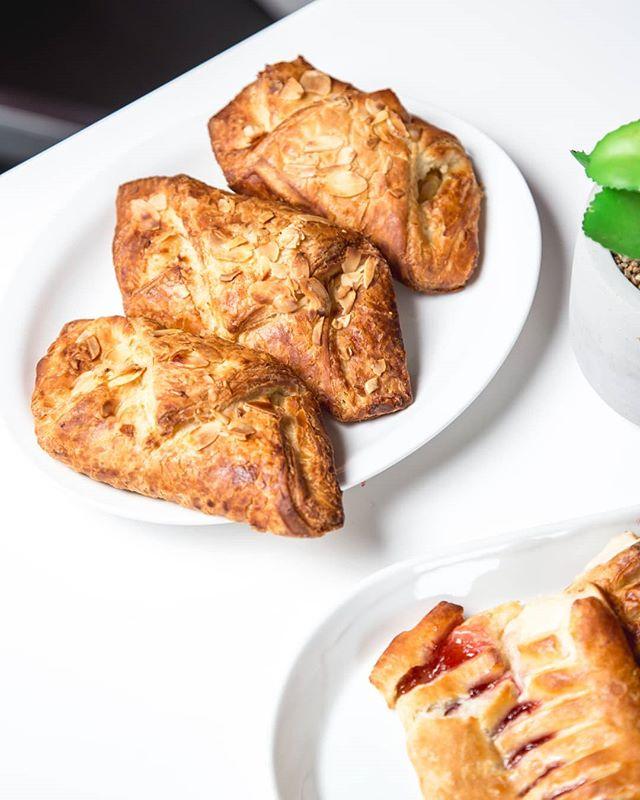 Mmm mmm mmm! Mouth watering pastries are always a good idea!  Check us out on all major delivery apps: UberEats, SkipTheDishes/ Foodora/ Doordash/ Ritual #thesweetspot . . . . . . . . #gelato #bestgelatointown #cityplace #cityplacetoronto #waterfront #freshfruits #italy #torontoeats #torontoblogger #tastethesix #baileysirishcream #cupcake #TorontoFood #Finditliveit #flashesofdelight #Pursuepretty #theartofslowliving #LiveAuthentic #TorontoEats #TorontoBloggers #Toronto #StreetsOfToronto #TasteTheSix #alcohol #TorontoFoodie #FoodBloggers #Foodgasm #Coffee