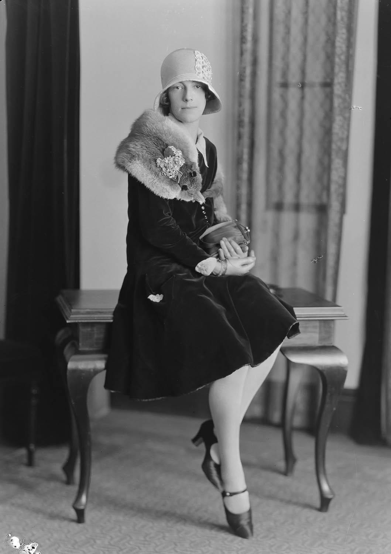 Swainson's Studios, Kendall, Woman (1931-31). collection of Puke Ariki (SW1931-1940.00567).