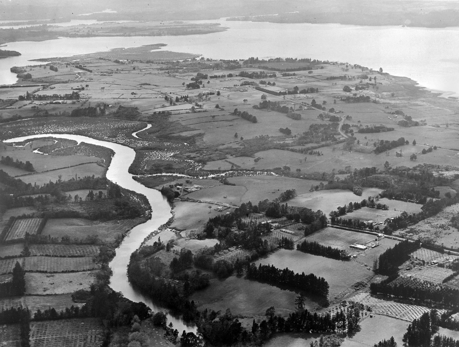 Aerial view looking north over Te Atatu, showing a difference in land use between the southern and northern sections of the Peninsula, 24 September 1948. Whites Aviation Ltd, Alexander Turnbull Library, Wellington. (WA-15895a-F)
