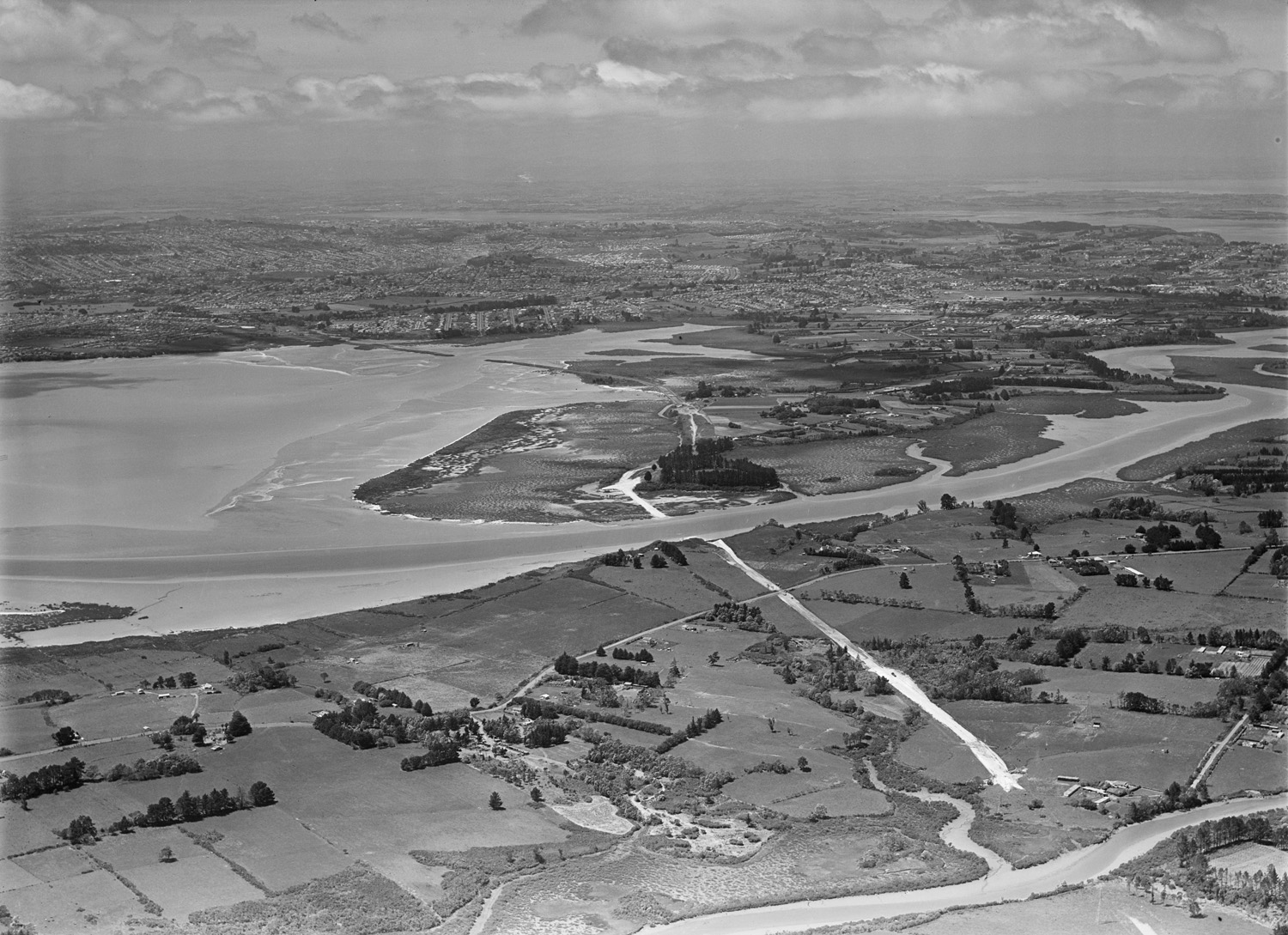 Aerial photograph showing the partitioning of North and South by the motorway, 9 November 1951. Whites Aviation Ltd, Alexander Turnbull Library, Wellington. (WA-29674-G )