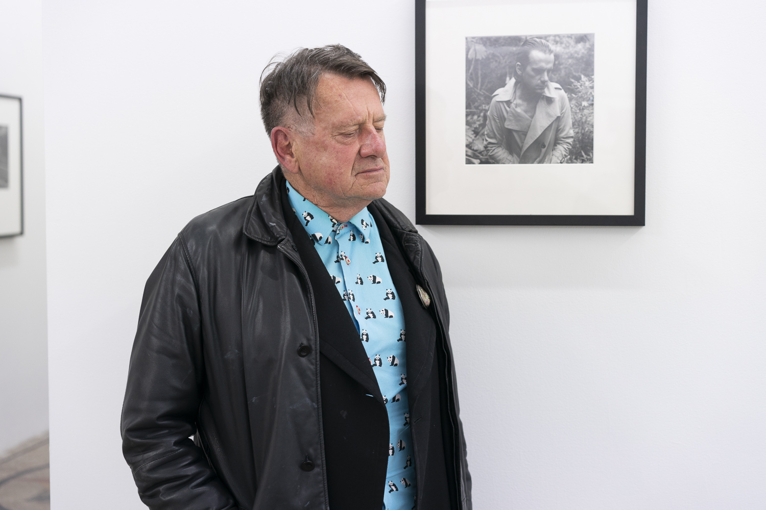 Peter Peryer with one of his best known self-portraits at Bowerbank Ninow, Auckland, 24 May 2018. Photo by Geoff Short.