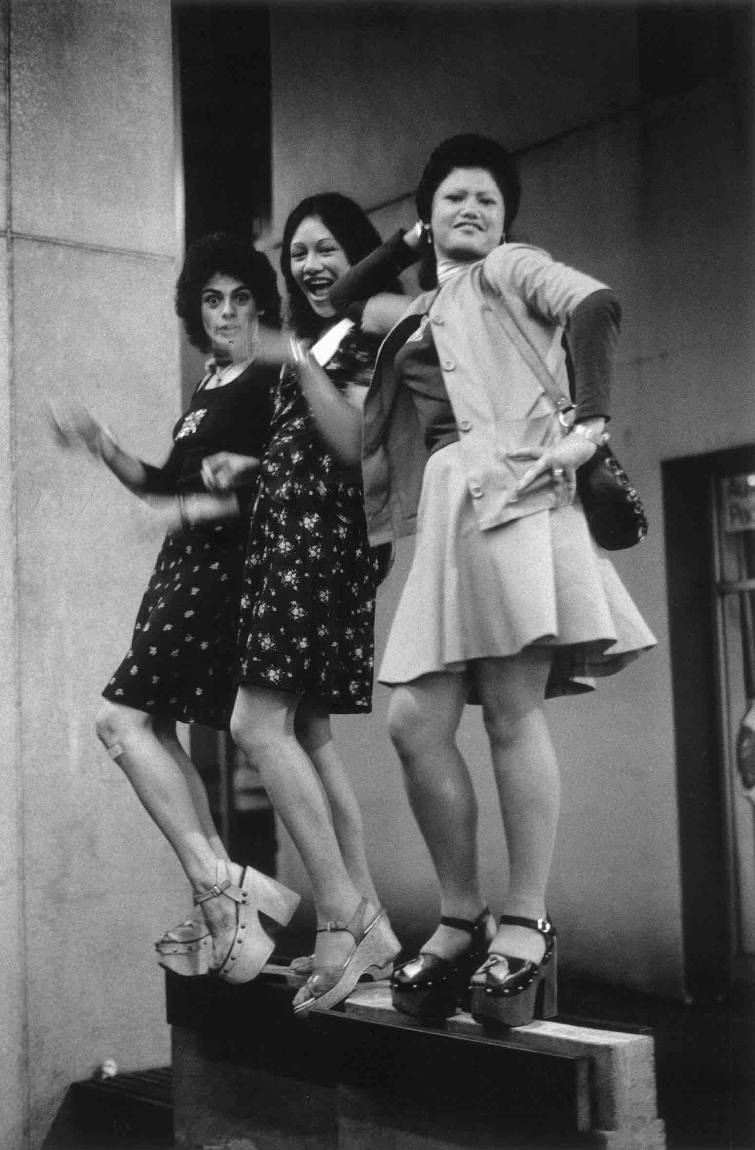 Murray Cammick,  Keri and two friends, platform shoes, Fort Lane,  1975