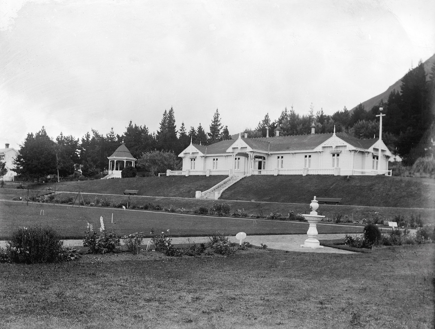 Cadman Bath House, Te Aroha, New Zealand, circa 1907-1911. Lemuel Lyes Collection.
