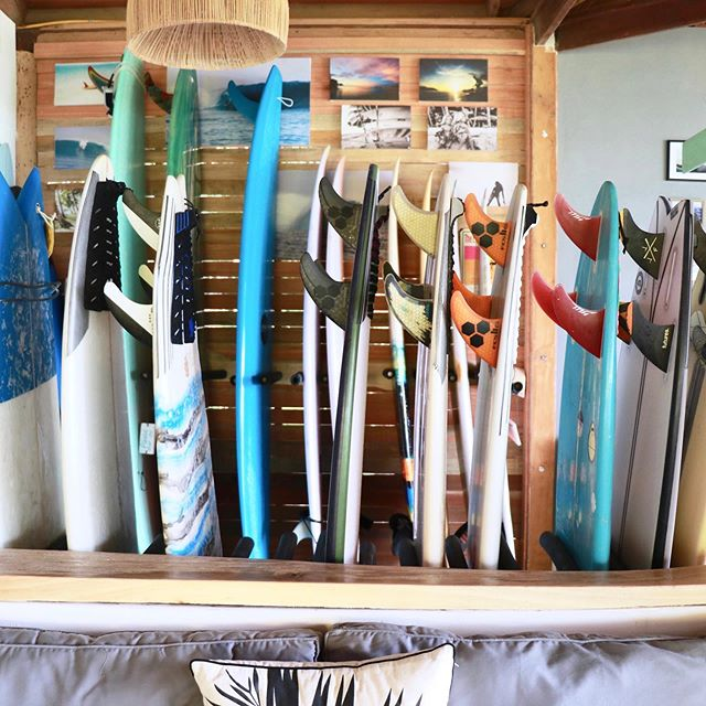Talk about a nice array of boards to rent. 🙌🏻 All of your surfboard needs, all in one place. Side note: the striking orange fins with black hexagons that practically jump out at you here are of course, @fcs_surf.