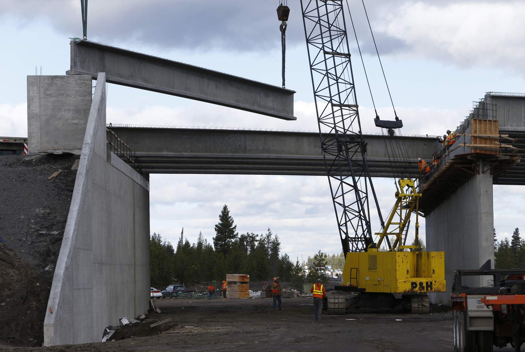 In November 2016, cranes lowered this beam into place for the planned U.S. Highway 97-Wickiup Junction bridge in La Pine. Sinkhole issues forced the Oregon Department of Transportation to halt construction. Now the state is abandoning the project. (Joe Kline/Bulletin file photo)
