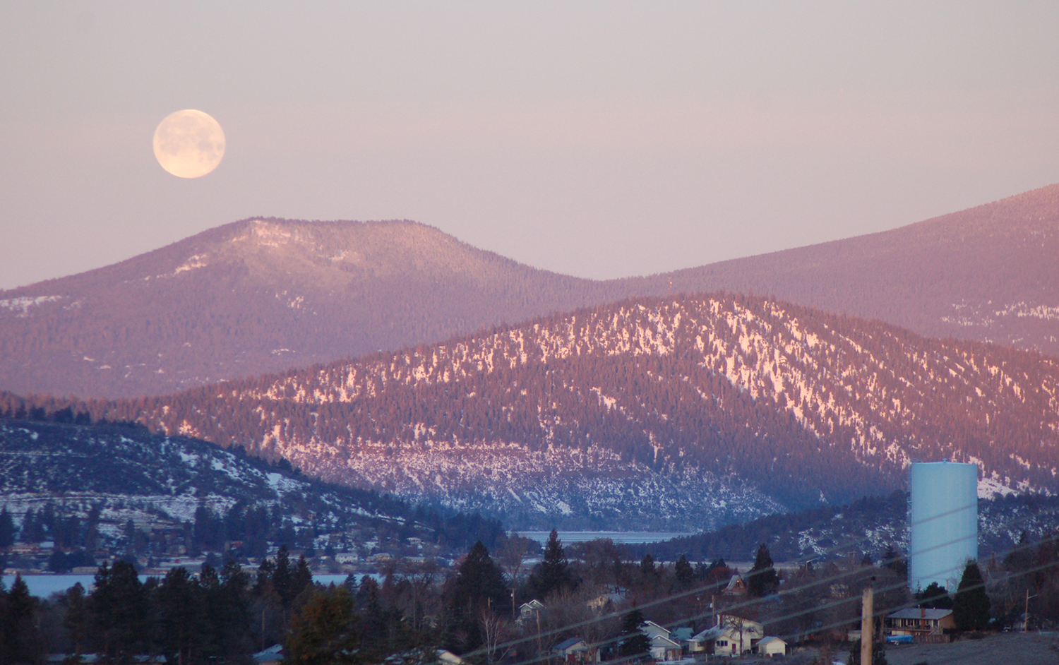 A full moon sets over Little Aspen Butte west of Klamath Falls in this February 2017 photo. An astronomy event at the Klamath County Museum on Sunday, Feb. 4, will provide a view of the moon similar to that seen here. (Klamath County Museum)