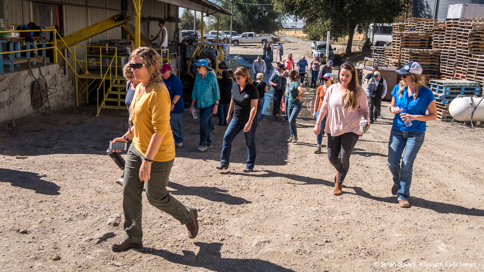 Attendees of the 2018 Klamath Water Users Association Fall Harvest Tour visit a horseradish trimming shed near Newell, California. September 27, 2018 (Brian Gailey)