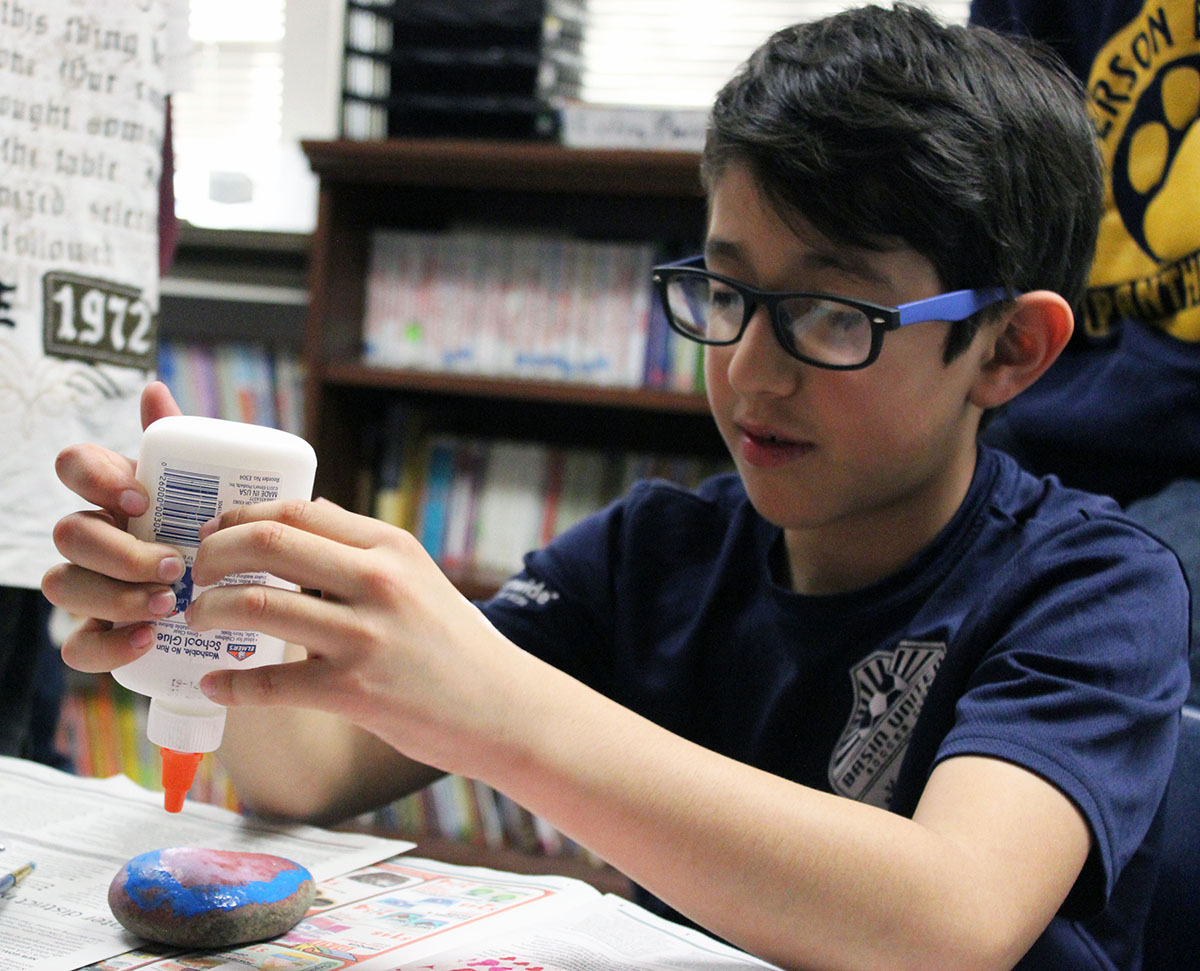 Second-grader Tyler Atwood decorates a rock. (Image: Jennifer Hawkins)