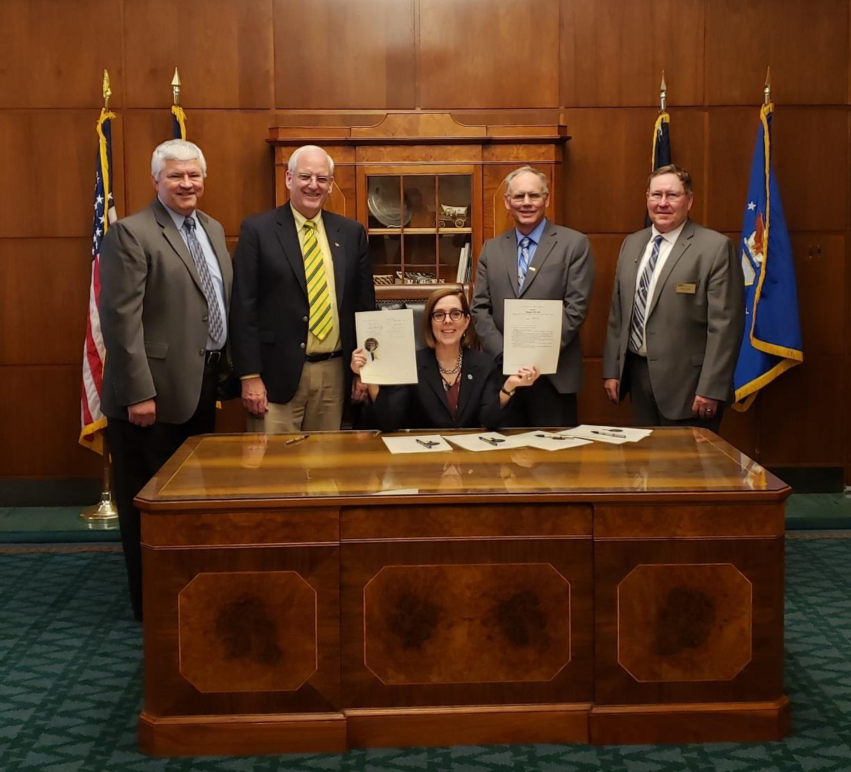 Senator Hansell and Members of the Wheat Growers League with Governor Kate Brown.