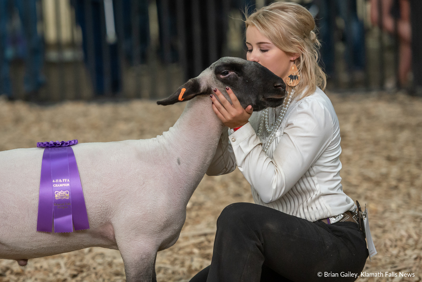 Madison Shearer celebrates with her sheep after winning Grand Champion Showman at the 2019 Klamath Count Fair. August 3, 2019 (Image, Brian Gailey / Klamath Falls News)