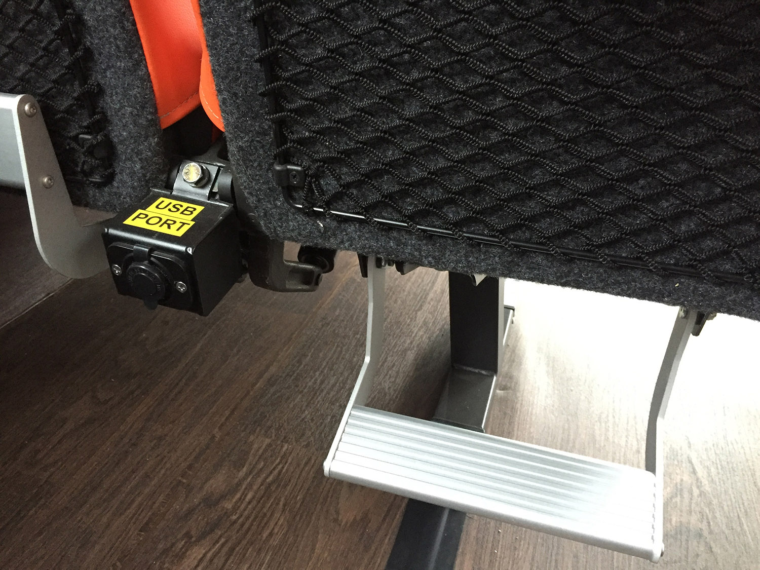 USB PORTS BETWEEN SEATS FOR EASY CHARGING