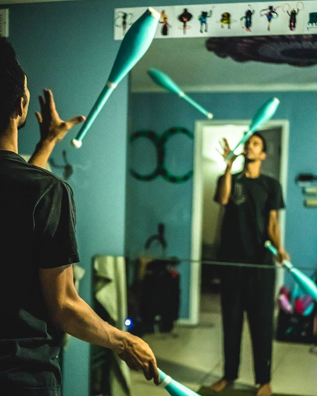 Practice makes perfect. 📷@matsumotofoto #sony #sonya6300 #sonya6500 #sonya6000 #photography #lowlight #35mm #instashot #juggling #malabares #cirquephoto #cirquebishop #cirque #practice #mirror
