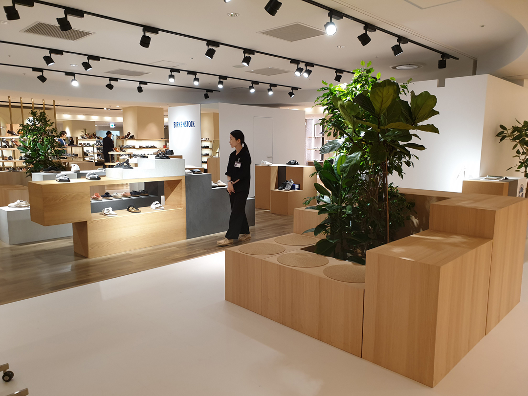 Re imagining the store without walls,  Birkenstock  uses beautifully crafted raw materials predominantly slate and wood, to create modular seating blocks and fixtures incorporating plants and greenery that draw you in to the space.