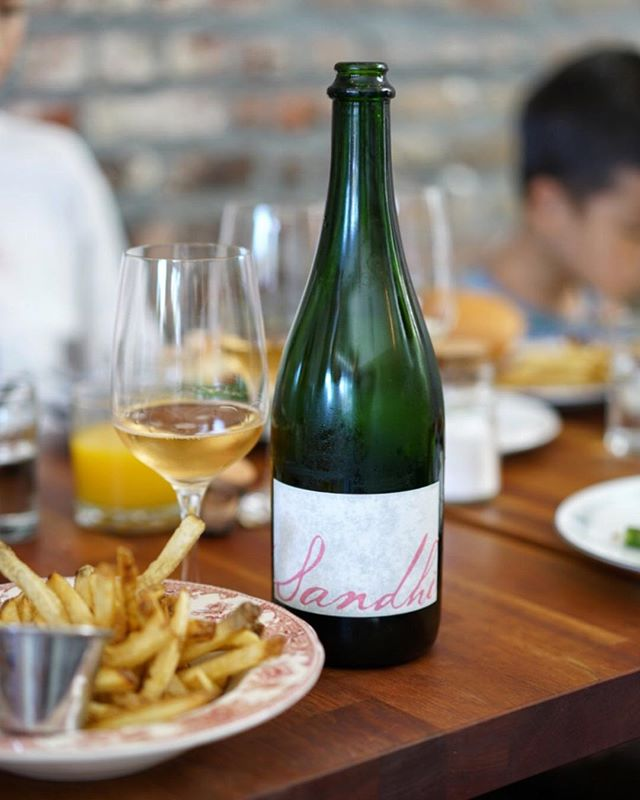 If you're gonna brunch in LA, do it in style, à la LA. Like heading to Sawyer, ordering their hand cut fries and pairing that with juicy BYOB Sandhi Rosé bubbles. I'm pretty sure there's a study out there by some very serious American scientists proving Rosé bubbly is the second best thing to have your fries with. Second? Yeah, I mean, you ain't taking on Ketchup that easily, Sandhi, no matter how crunchy and sexy you are... #🍓 . #losangeles #sandhiwines #mybubblesarebetterthanyours #frenchfries #realwine