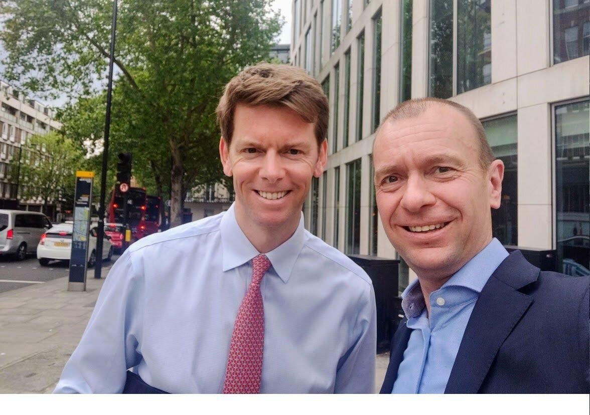 Rob Burnett en Martijn Brans voor een bespreking op kantoor in Londen