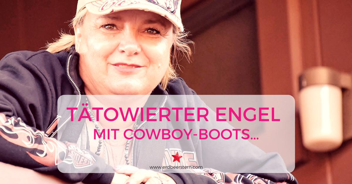 5-FB-und-Blog-Blonder-tätowierter-Engel-mit-Cowboy-Boots….png
