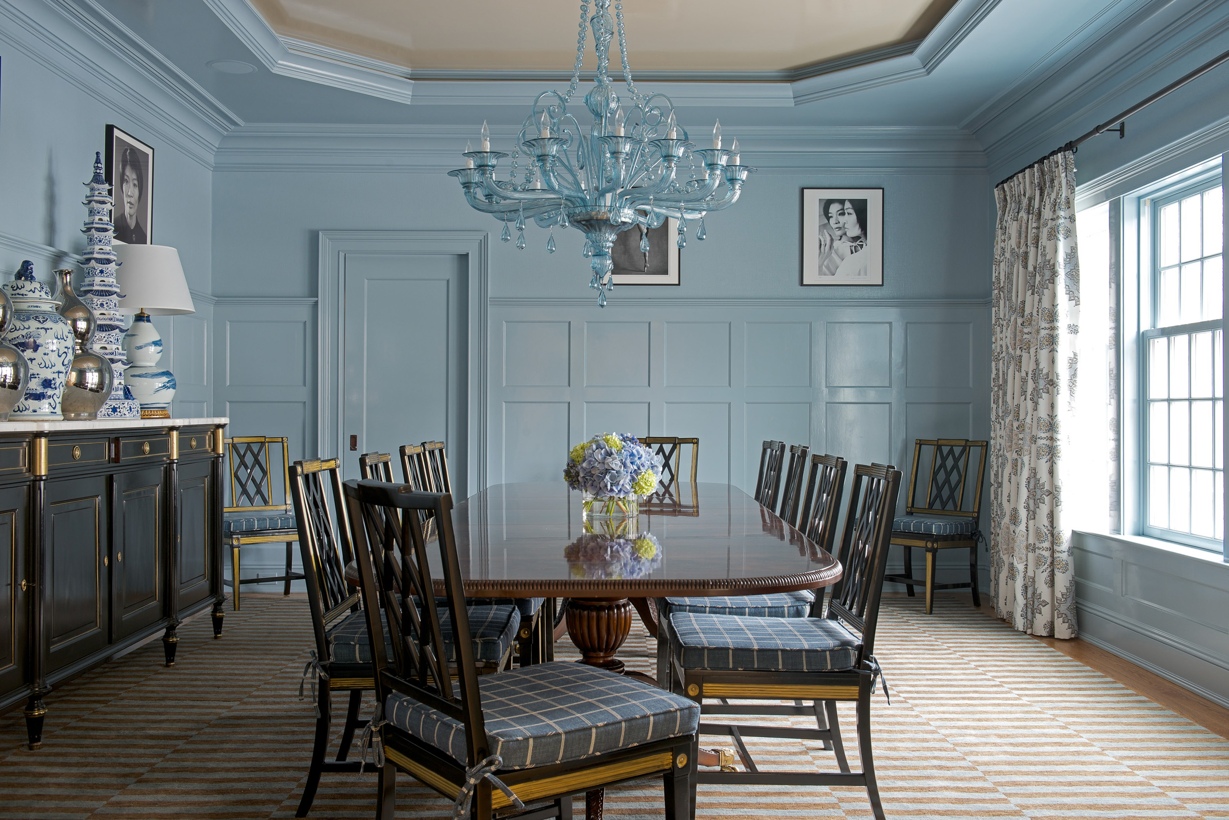 Dining room with tray ceiling