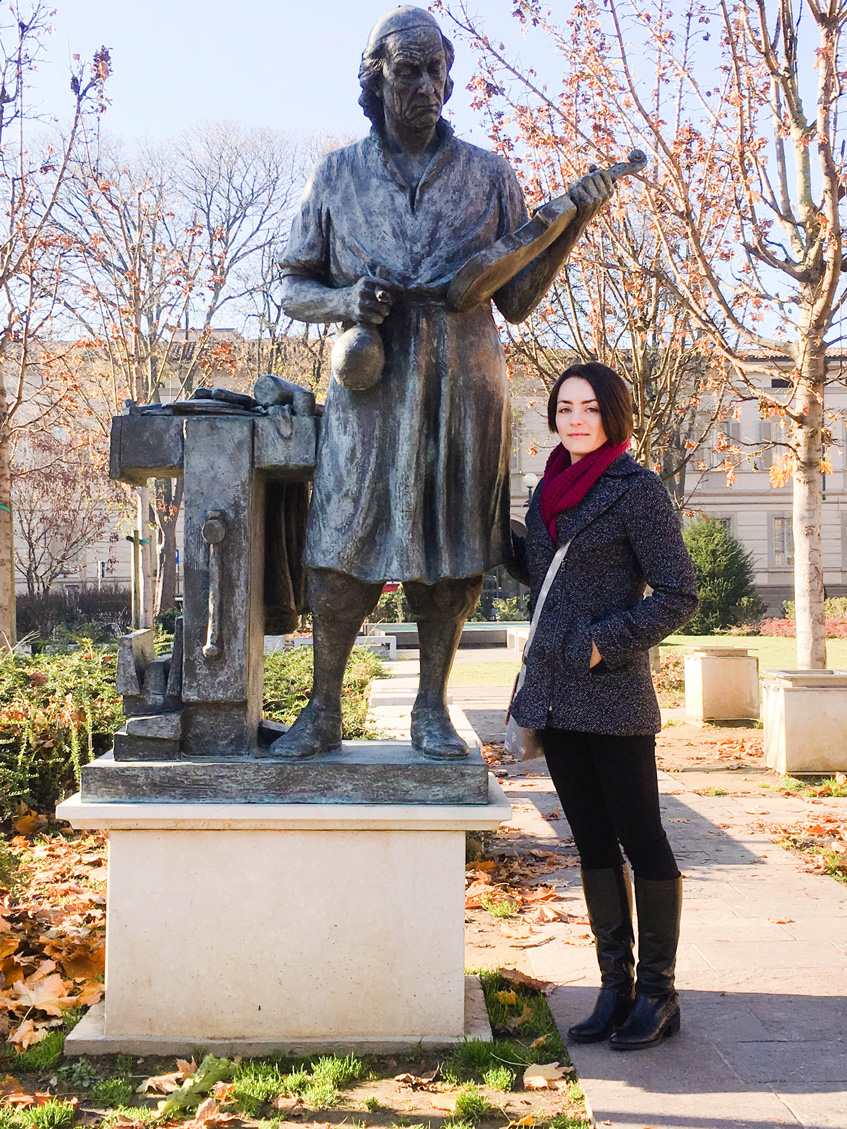 Delisa posing with her hero, Antonio Stradivari