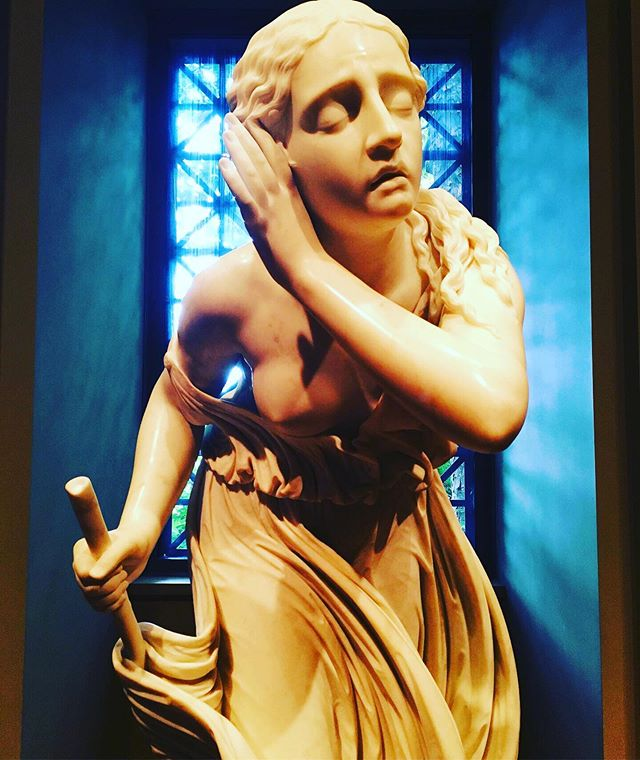 I got to catch up with some old friends while I was in DC. Man, I took for granted FREE admission to one of the most beautiful galleries. 🧜🏼♀️✨ . . . . . . #dc #nationalgalleryofart #smithsonianmuseum #smithsonian #washingtondc #marble #art #gorg