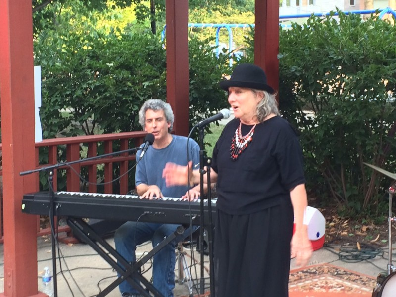 Rokko Jans with Annie and the Hat performing in August 2015