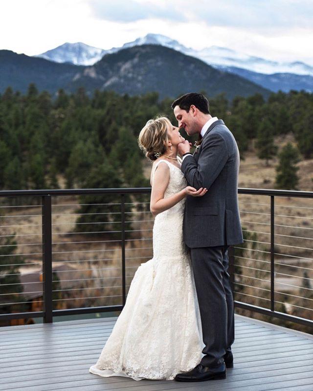 Those Skyview views tho' 🙌 Venue: @skyviewweddings⠀⠀⠀⠀⠀⠀⠀⠀⠀ DJ: Top Hat Entertainment⠀⠀⠀⠀⠀⠀⠀⠀⠀ HAMU: @hairbywafaasalon ⠀⠀⠀⠀⠀⠀⠀⠀⠀ Florist: @floraldesignofeurope⠀⠀⠀⠀⠀⠀⠀⠀⠀ Caterer & Pie Bar: @footerscatering⠀⠀⠀⠀⠀⠀⠀⠀⠀ .⠀⠀⠀⠀⠀⠀⠀⠀⠀ .⠀⠀⠀⠀⠀⠀⠀⠀⠀ .⠀⠀⠀⠀⠀⠀⠀⠀⠀ .⠀⠀⠀⠀⠀⠀⠀⠀⠀ .⠀⠀⠀⠀⠀⠀⠀⠀⠀ #nowbooking #weddingphotography #weddingphotographer #shesaidyes #awards #couplegoals #engagementsession #gettinghitched #futuremrandmrs #brideandgroom #authenticlovemag #howheasked #engagedlife #estesparkwedding #coloradowedding #rockymountainbride #estespark #estesparkweddingphotographer #coloradobride #mountainbride #coloradoengagementphotographer #theknot #soloverly #estesparkbride #dreamteamepwa #coloradoportraits #greenweddingshoes #bridetobe2020