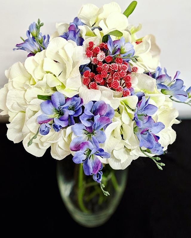 We love spring (and we love flowers!), but we sure aren't a fan of allergies. Trying to put together a low-allergen event? We love a good silk flower arrangement - kinda like this one! Up next on the blog, we'll be talking floral arrangements. . . . #centerstageevents #visitsumnercounty #visitsumnertn #Gallatin #specialsvents #eventvenue #events #eventlighting #eventrentals #weddingrentals #weddingvenue #eventdecor #partythemes #partydecorations #silkflowers #flowerarrangement #floral #bouquet #tabledecor #weddingflowers #hydrangea