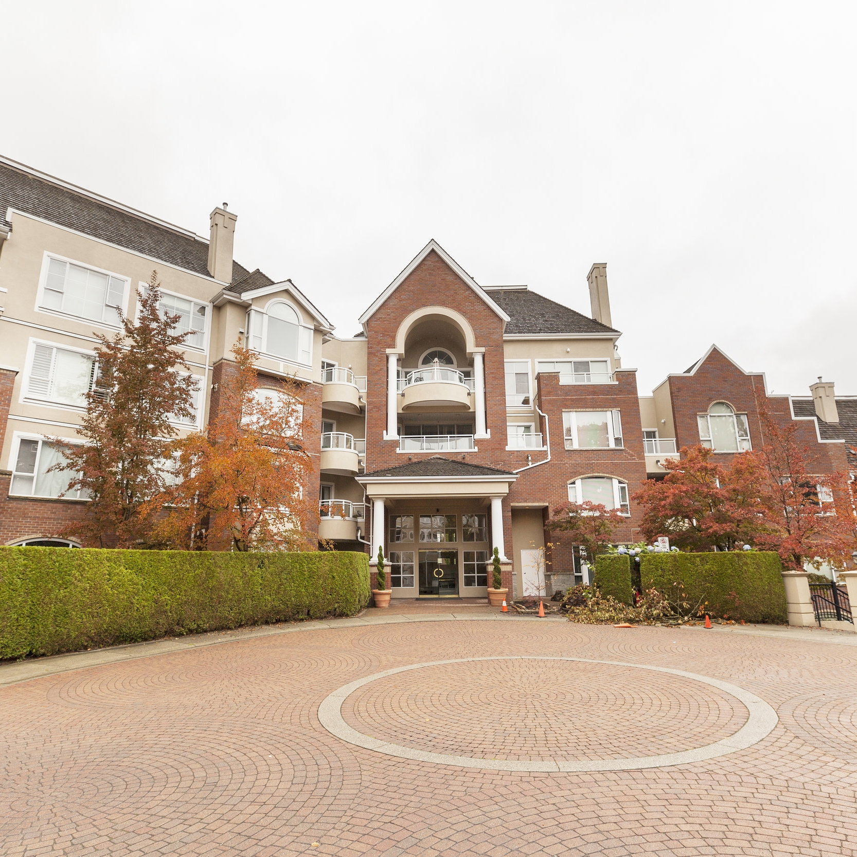 511 - 5262 oAKMOUNT CRES - 2 BED | 2 BATH | 1023 SQFT